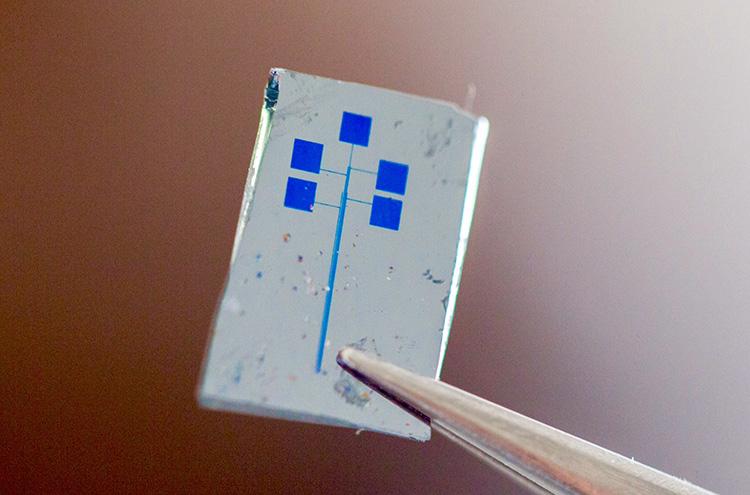 Гибридный полупроводник сделает возможными гибкие смартфоны